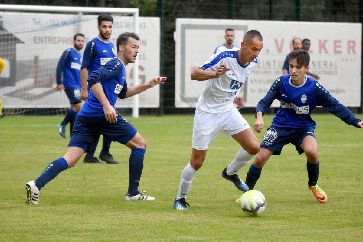 Abdelkader Akfa (Itzig, en blanc) tente d'éviter le retour de Bruno Fernandes do Vale (Walferdange).