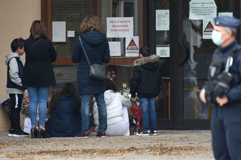 Trauernde vor der Mittelschule in Conflans Saint-Honorine.