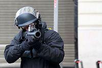 L'arme tenue par ce policier est un LBD 40, lanceur de balles de défense en caoutchouc. L'arme n'est pas mortelle mais de nombreux manifestants ont été gravement blessés au cours des manifestations depuis le 17 novembre.