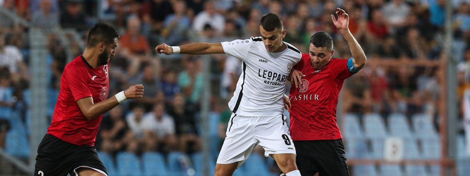 Danel Sinani, ici en Ligue Europa, a décroché son premier titre de footballeur de l'année.