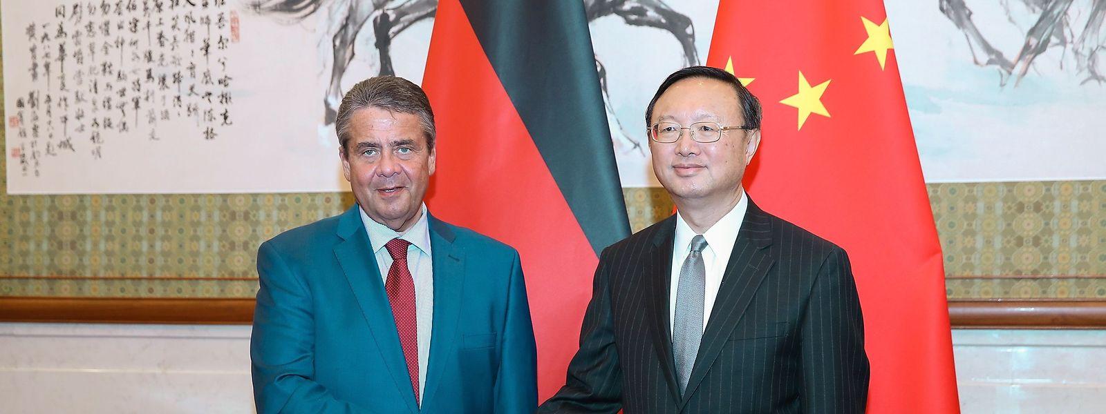 Sigmar Gabriel (l.) ist zurzeit auf Dienstreise in China, wo er unter anderem mit dem obersten Außenpolitiker Chinas, Staatsrat Yang Jiechi, zusammentraf.