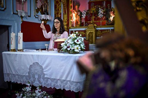 Psychologue employée dans une maison de retraite, Silvia Campos (38 ans) est diacre. Ici lors d'une messe à l'église de Motrinos, Reguengos de Monsaraz le 18 février 2017.