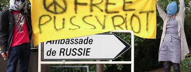 """Protest in Luxemburg: Mitglieder von """"déi jonk gréng"""" setzten sich für die Freilassung der Musikerinnen in Russland ein."""