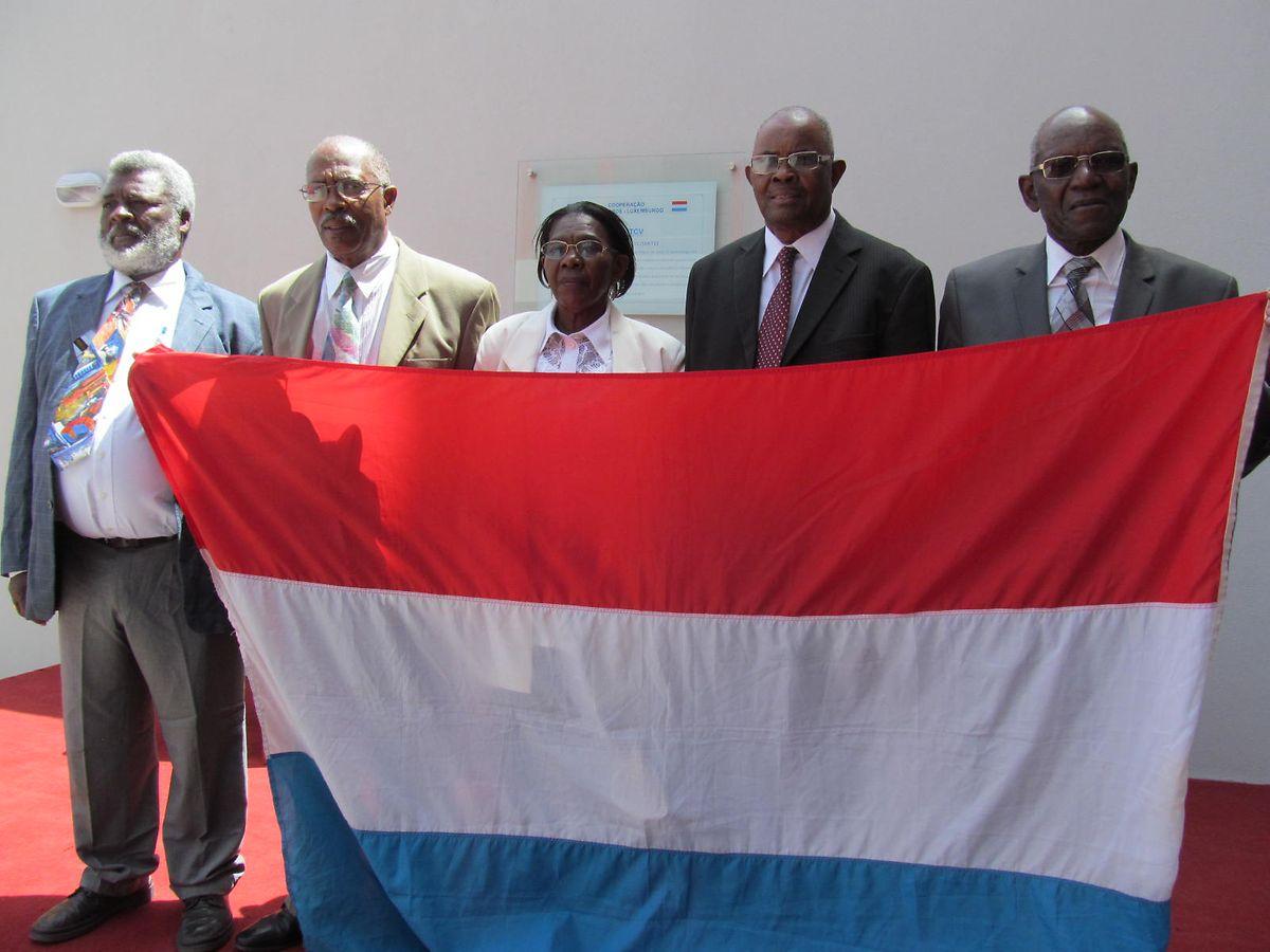 Da esquerda para a direita: António Varela, Alcides Lopes, Luísa Gomes, José Neves e António Moura. Os cinco idosos cabo-verdianos trabalharam no Luxemburgo e agora residem em Cabo Verde