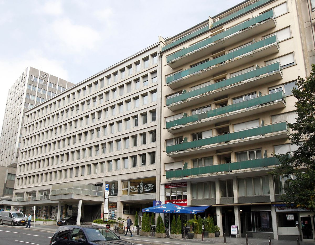 Septembre 2013 : à gauche du numéro 49, l'immeuble de La Luxembourgeoise attend d'être démoli