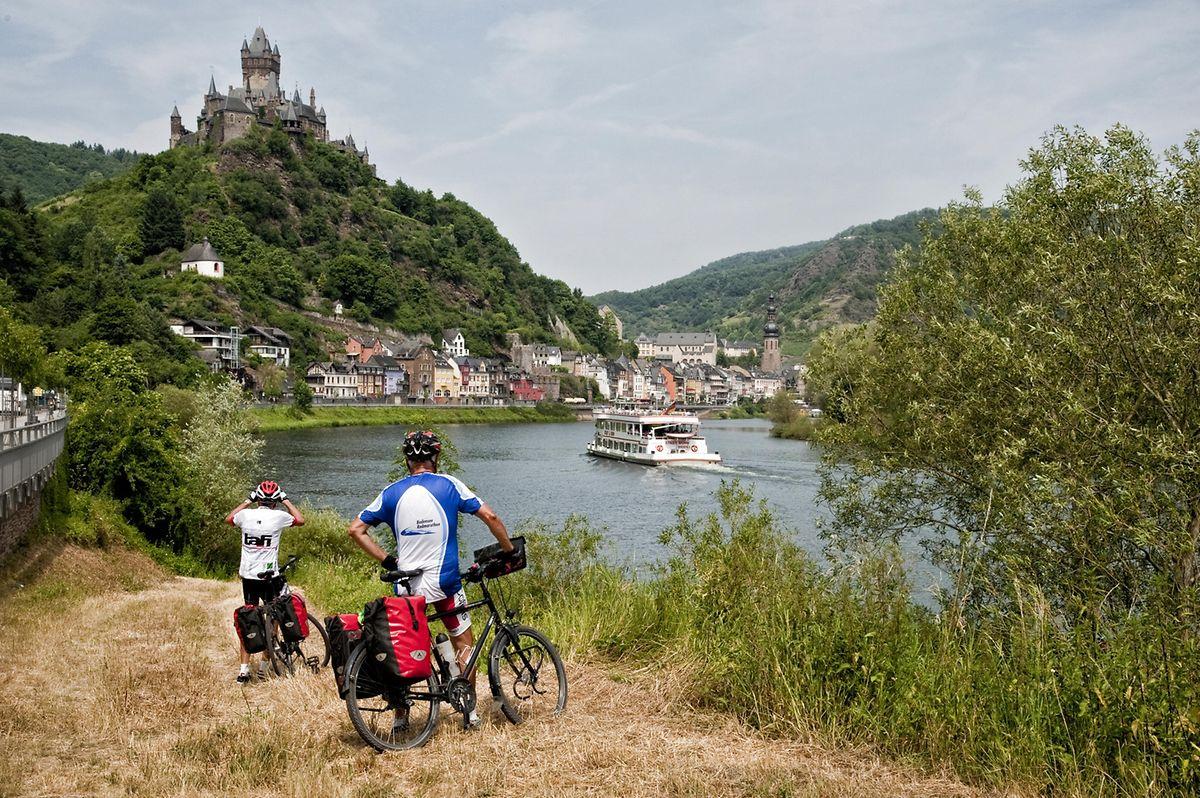 Über Cochem, das auch mit dem Rad bequem zu erreichen ist, thront die Reichsburg.