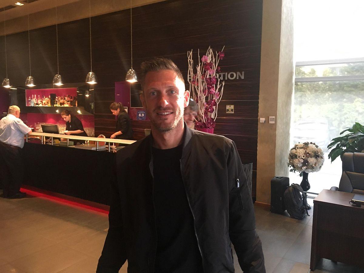 Landry Bonnefoi dans le hall de l'hôtel à Cluj après son recrutement par Dudelange.