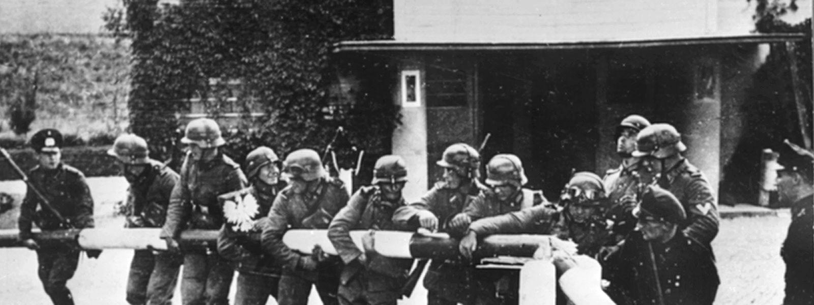 Beim Einmarsch deutscher Truppen in Polen am 1. September 1939 reißen Soldaten der deutschen Wehrmacht einen Schlagbaum an der deutsch-polnischen Grenze nieder.