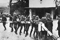 ARCHIV - 01.09.1939, ---: Beim Einmarsch deutscher Truppen in Polen am 01.09.1939 reißen Soldaten der deutschen Wehrmacht einen rot-weißen Schlagbaum an der deutsch-polnischen Grenze nieder. (zu dpa-Story: 80 Jahre nach Beginn des Zweiten Weltkriegs) Foto: dpa +++ dpa-Bildfunk +++