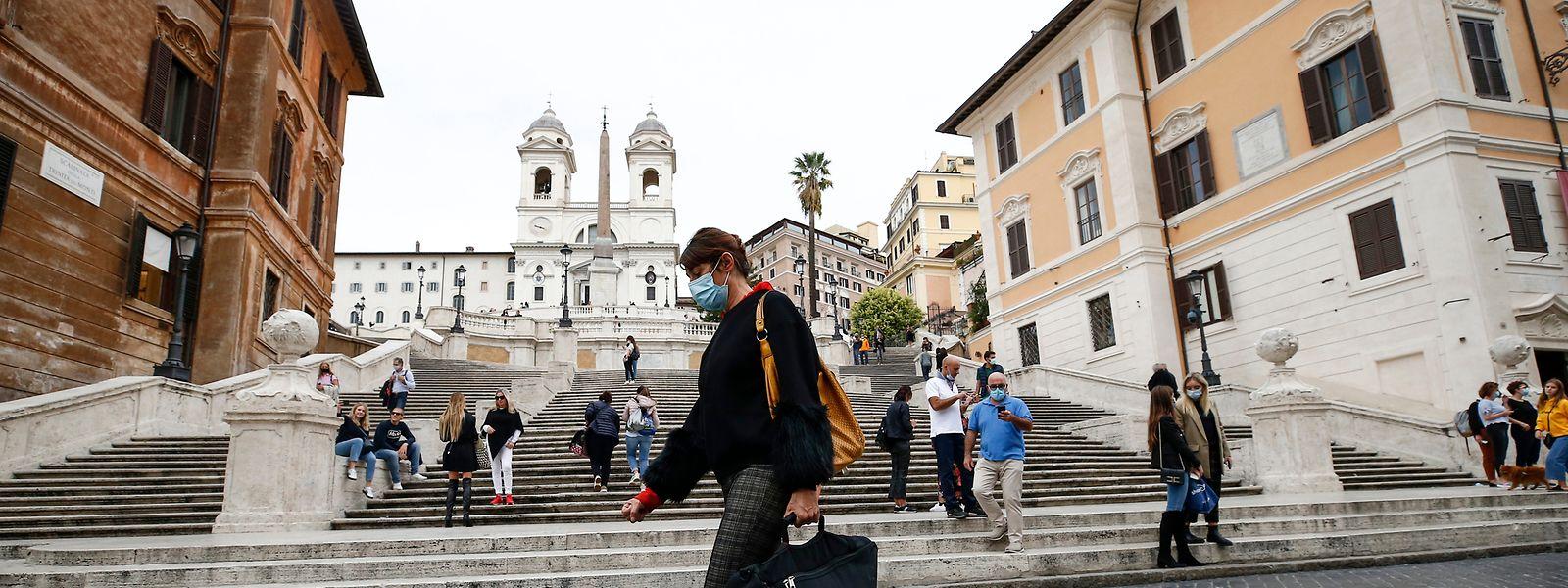 Italien führt wieder eine Maskenpflicht im Freien ein.