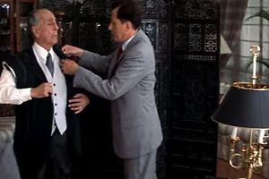 Cena do filme com o actor Geoffrey Rush, à direita, no papel de alfaiate