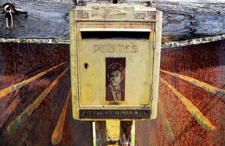 Charleville-Mezières (Frankreich). Analoge Mailbox: Der französische Poet Arthur Rimbaud bekommt auch noch 127 Jahre nach seinem Tod regelmäßig Fanpost – im eigens hierfür angebrachten Briefkasten auf dem Friedhof. Nur eine Antwort gab es noch nie.
