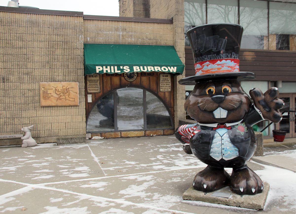 Die Statue eines Murmeltiers steht vor Phils Gehege. Durch die halbrunde Glasscheibe können Besucher ihn und seine Partnerin beobachten.