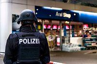 19.09.2021, Rheinland-Pfalz, Idar-Oberstein: Ein Polizist sichert am frühen Morgen eine Tankstelle. Ein Angestellter der Tankstelle war in Idar-Oberstein in Rheinland-Pfalz von einem mit einer Pistole bewaffneten Mann erschossen worden. Die beiden Männer waren am Samstagabend vor dem Tankstellengebäude in Streit geraten, wie die Polizei mitteilte. Anschließend flüchtete der Täter zu Fuß. Foto: Christian Schulz/Foto Hosser/dpa +++ dpa-Bildfunk +++