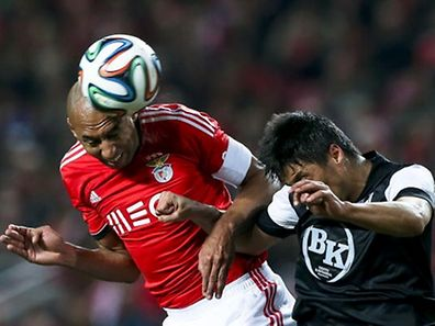 Benfica�s Luisao fights for the ball with Moreno (R) of Vitoria Guimaraes during their Portuguese League match held at Luz Stadium Portugal, 24 February 2014. JOSE SENA GOULAO/LUSA