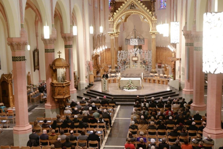 Der große, offene Kirchenraum verleiht der Dekanatskirche Seele und Atem.