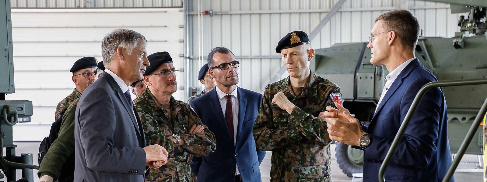Le futur général Steve Thull (2e en partant de droite) veillera notamment à l'intégration de militaires féminins dans l'armée et à la communication interne et vers l'extérieur de l'armée.