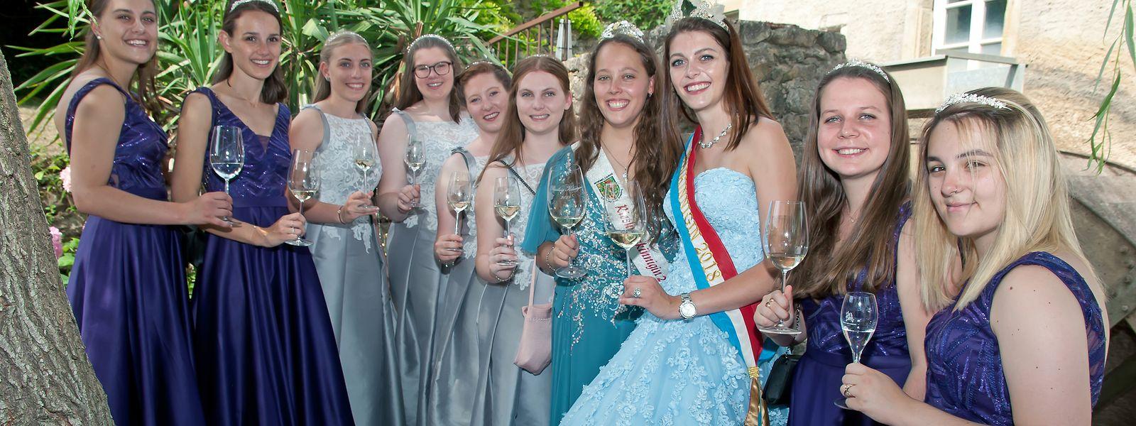 Die Weinkönigin Sophie Schons (3. v.r.), sowie die Riesling-Königin Catherine Mathes (7.v.l.) mit ihren Prinzessinnen.