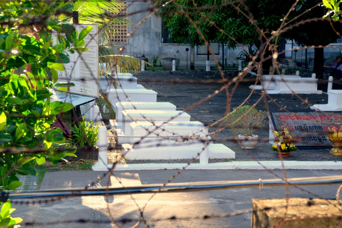 A l'entrée de S-21, transformé aujourd'hui en musée du génocide, se trouvent les tombes blanches des 11 derniers prisonniers tués ici