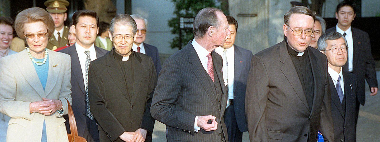 Erzbischof Jean-Claude Hollerich zusammen mit Großherzog Jean und Großherzogin Joséphine-Charlotte während der Staatsvisite in Japan im Jahr 1999. Hollerich lehrte damals an der Sophia-Universität in Tokio.