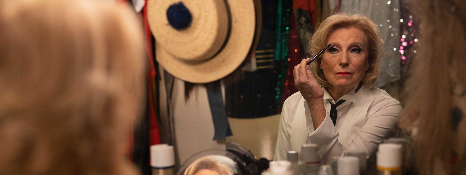 Zufrieden bereitet sich Carla (Maren Kroymann) auf ihren Varieté-Auftritt vor. Zuvor hat sie endlich ihrem Herzen Luft gemacht und ihren erwachsenen Kindern gekündigt.