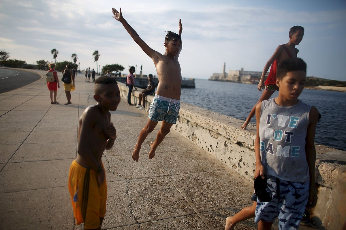 Jugendliche am berühmten Malecón in Havana.