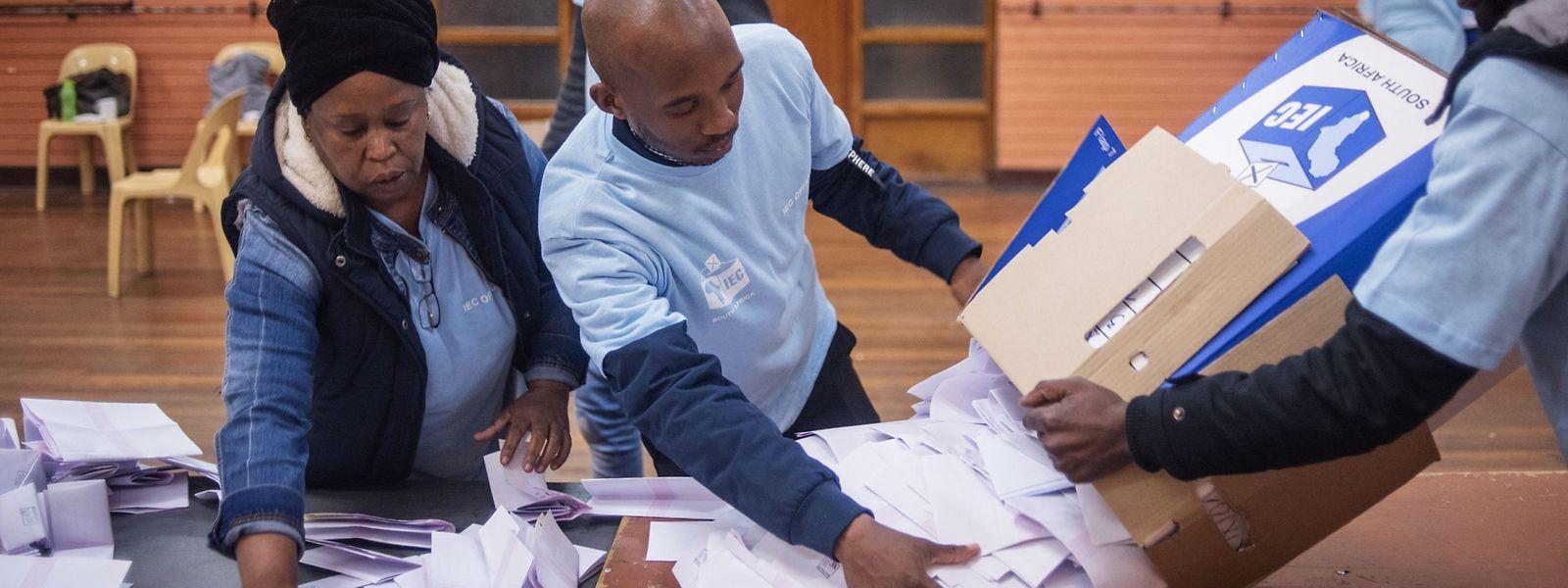 Die unabhängige Wahlkommission bei der Auszählung im Wahlbüro in Brixton, Johannesburg.