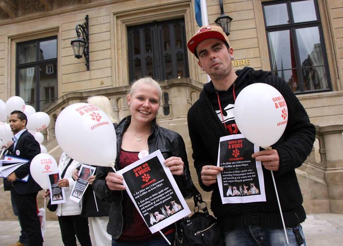 Vor der Abgeordnetenkammer versammelten sich am Montag die Unterstützer der Petitionen für einen stärkeren Schutz von Tieren.