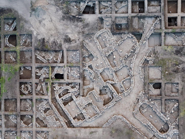 Haifa. Eine Luftaufnahme mit einer Drohne zeigt die Ausgrabungsstätte En Esur nahe dem heutigen Harish im Bezirk Haifa. Forscher haben in Nordisrael die Überreste einer beeindruckenden altertümlichen Metropole freigelegt. Die Stadt sei rund 5000 Jahre alt und die «größte und zentralste», die jeweils im Gebiet des Nahoststaats entdeckt worden sei, erklärte die Israelische Altertumsbehörde.
