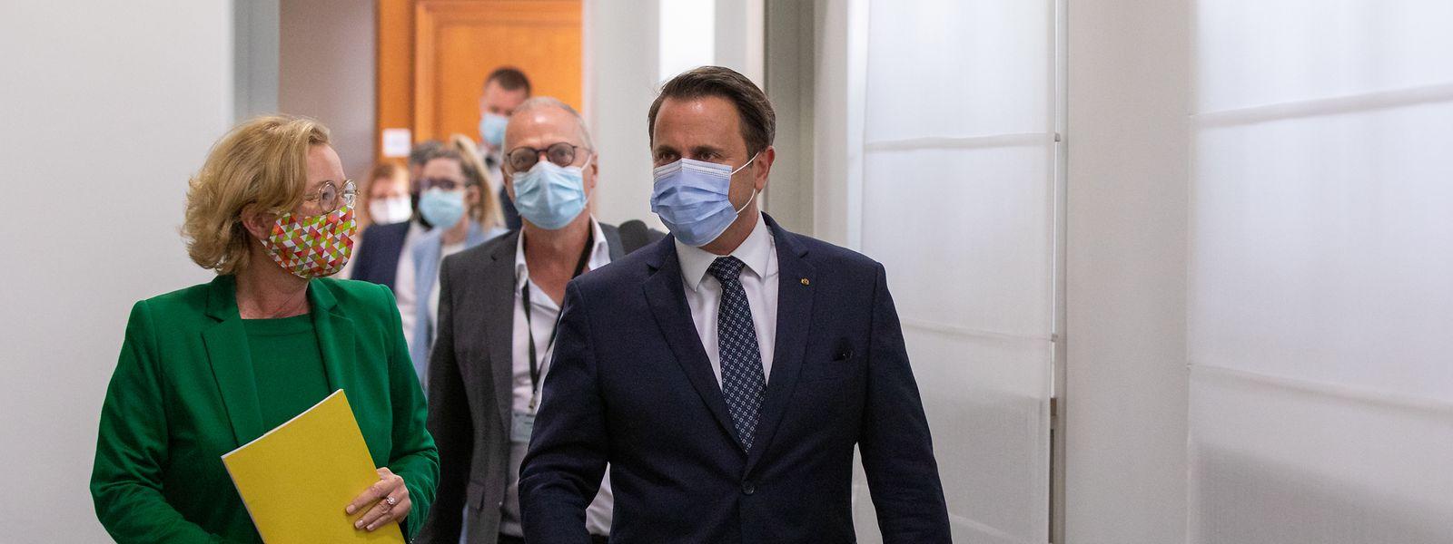Premierminister Xavier Bettel und Gesundheitsministerin Paulette Lenert auf dem Weg zur Pressekonferenz am Mittwoch.