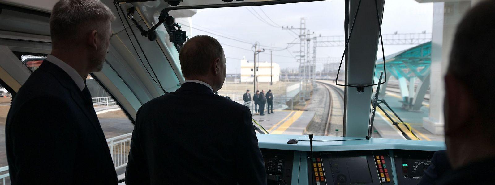 Der russiche Präsident Vladimir Putin ließ es sich nicht nehmen, den Zug selber über die Krim-Brücke zu lenken.