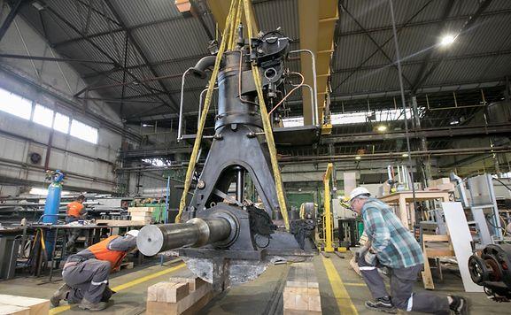 """Langsam wird der Motor in der Werkshalle, die ArcelorMittal dem """"Science Center"""" zur Verfügung gestellt hat, angehoben."""