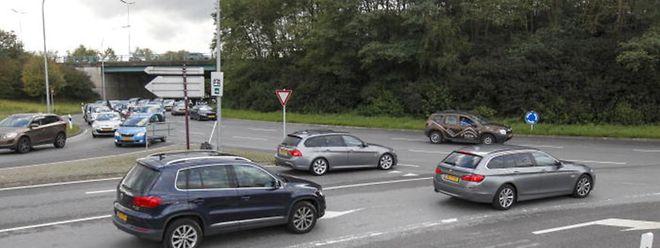 Um sich auf den dreispurigen Kreisverkehr einzufädeln, dazu braucht es im Berufsverkehr viel Mut.