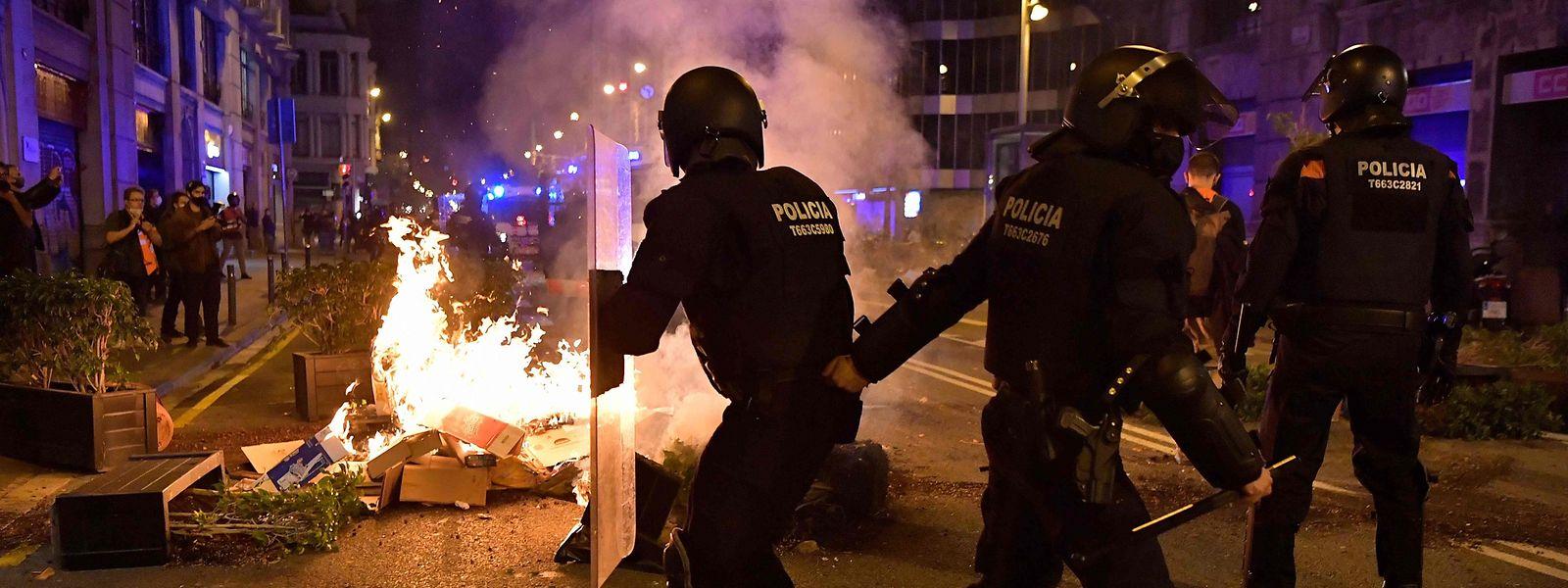 En Espagne comme en Italie, plusieurs manifestations sont venues contester les choix des gouvernements d'instaurer des mesures de couvre-feu.