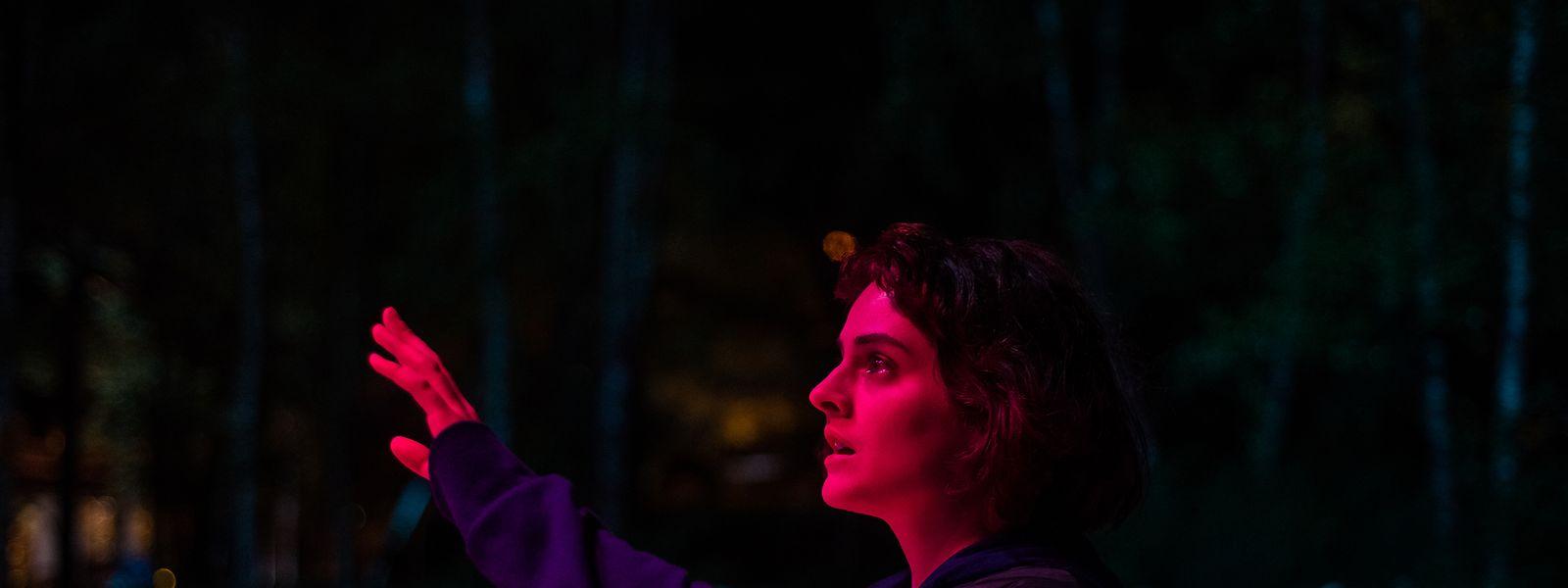 «Jumbo» raconte l'histoire d'une fille timide qui tombe sous le charme d'un manège inhabituel dans un parc d'attractions