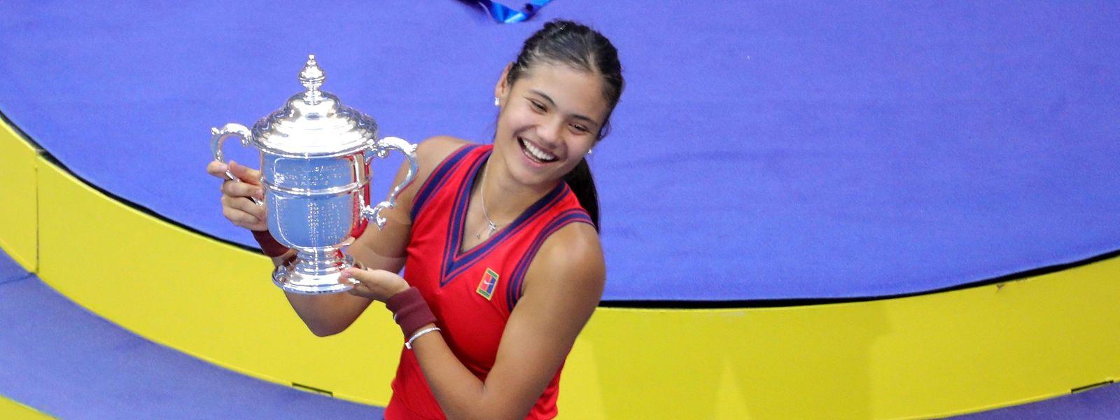 Emma Raducanumit der Trophäe der US Open.