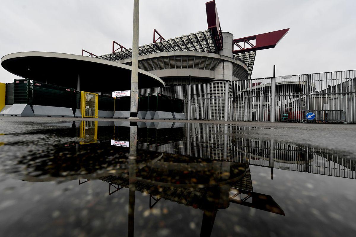 DieAußenansicht zeigt das leere San-Siro-Fußballstadion. In der italienischen Serie A wurden mehrere Spiele wegen des Corona-Virus verschoben.