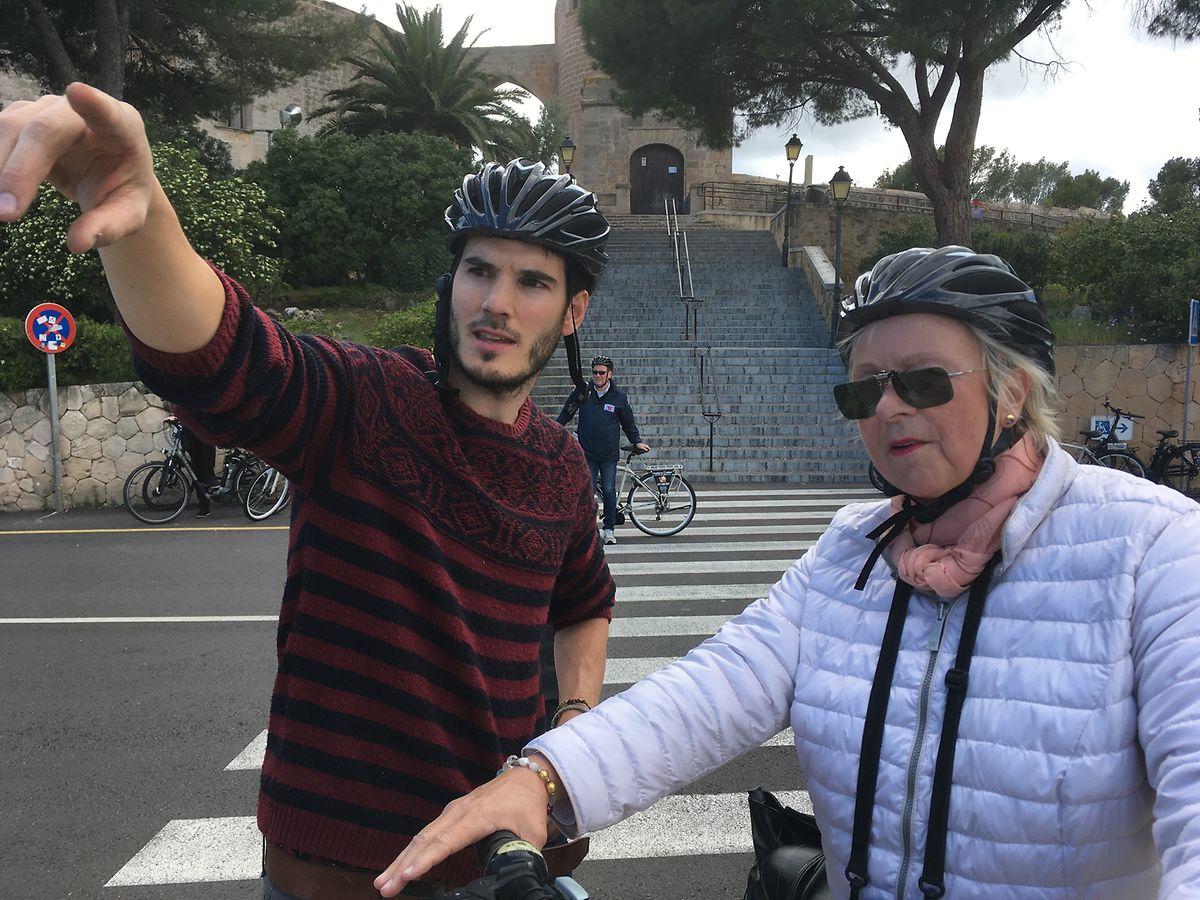 Fahrrad-Guide Alvaro führt die Gäste - einige davon auf E-Bikes - über die Insel.