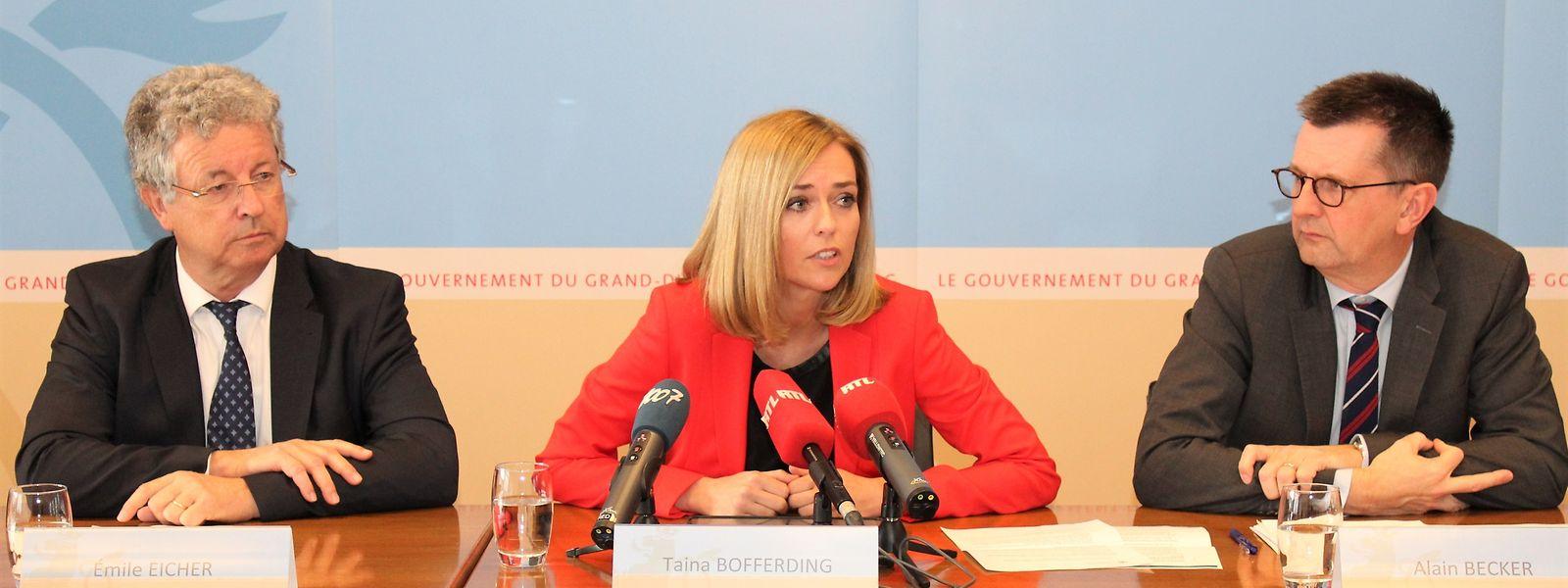 Emile Eicher (r., Syvicol) mit Innenministerin Taina Bofferding und Alain Becker (Innenministerium) bei der Vorstellung der Reform.