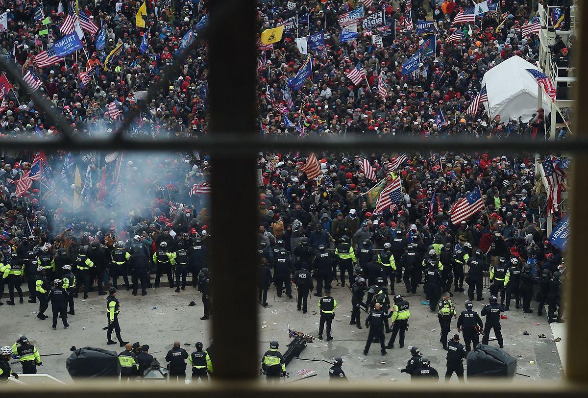 Der Blick auf die wütende Menge aus dem Kapitolgebäude.