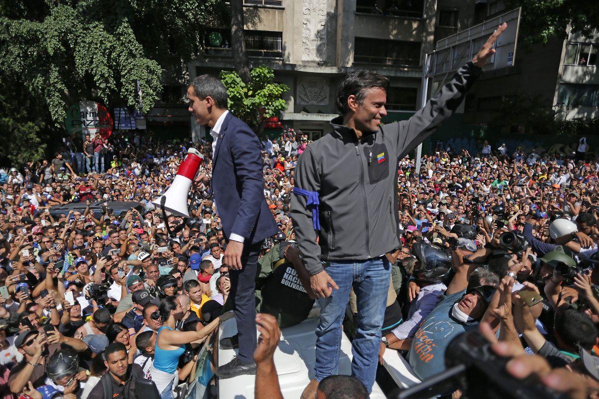 """Lopez (à direita na foto) foi libertado na terça-feira por militares, devido a """"um indulto presidencial"""" de Juan Guaidó (à esquerda), que se autoproclamou Presidente da Venezuela em janeiro passado."""