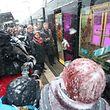 Le grand-duc Henri et la grande-duchesse Maria Teresa s'engouffrent pour la première fois dans le nouveau tram de la capitale au niveau de la station «Rout Bréck-Pafendall».