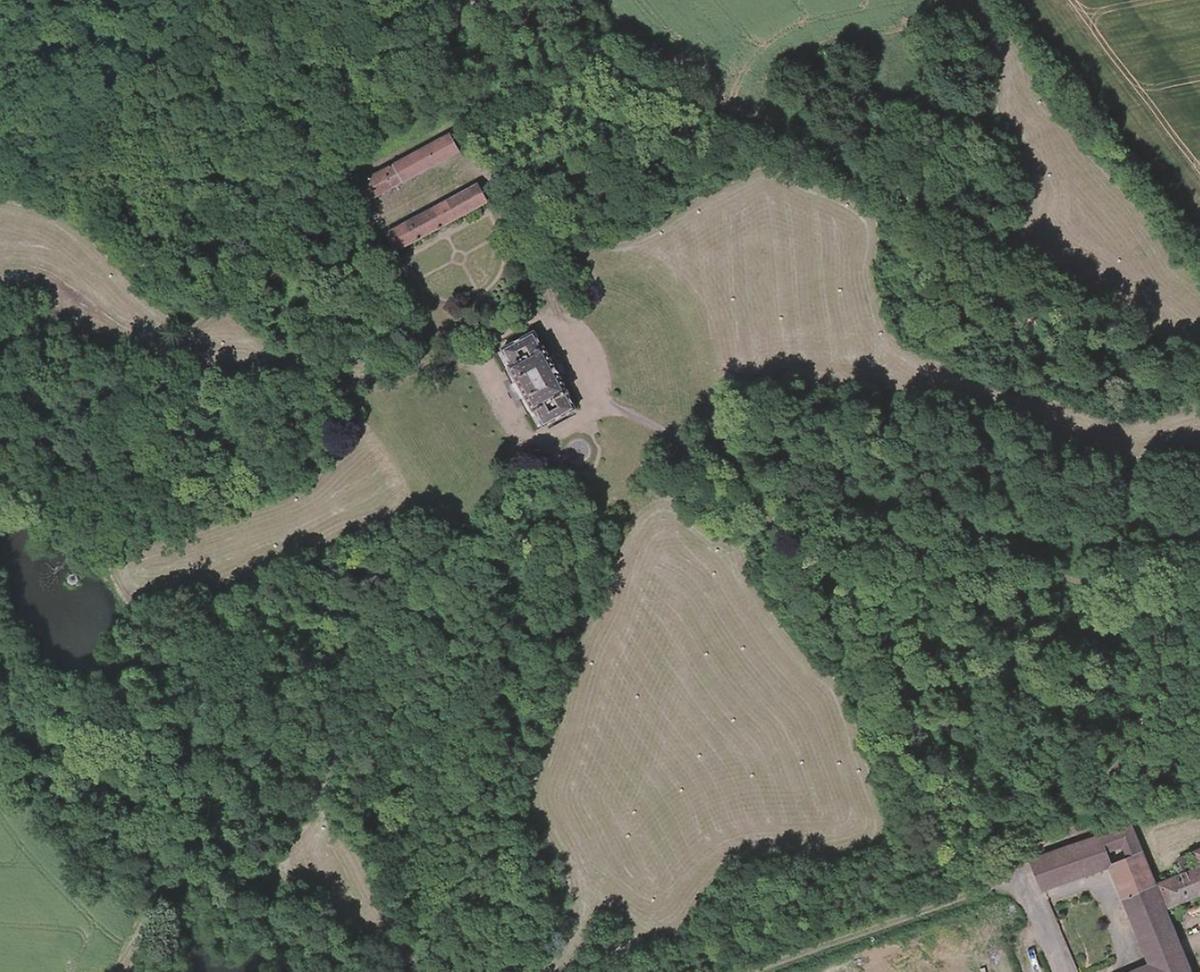 Le château et son domaine, composé de prairies et de bois