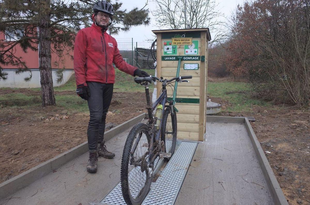 Ralf Gilberts wüsste die neue Mountainbikewaschstation in Düdelingen schon zu gebrauchen. In Zukunft werden Fahrer ihre Mountainbikes hier waschen und die Räder aufpumpen können.