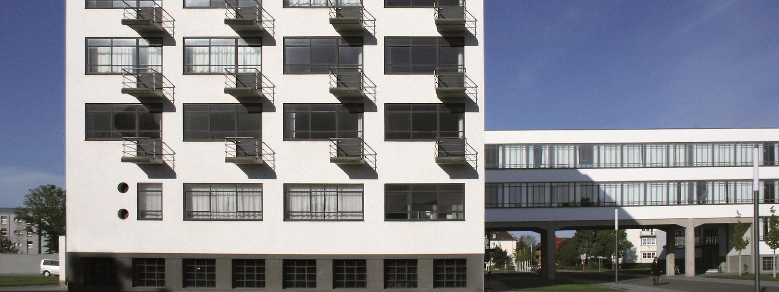Insgesamt 28 Zimmer im Prellerhaus in Dessau, dem ehemaligen Ateliergebäude, dienen als Unterkünfte. Sie sind so funktional wie zu Bauhaus-Zeiten eingerichtet – unter anderem mit Bett, Schreibtisch und Waschbecken. Bad und Toilette befinden sich auf dem Flur.