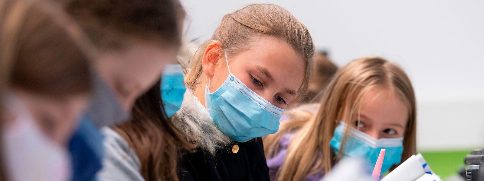 Bildungsminister Claude Meisch (DP) hat am Donnerstag seinen Covid-Bericht zur Infektionslage seit der Rentrée aus den Schulen vorgestellt und sieht momentan keine Notwendigkeit für die Einführung eines A/B-Modells in den höheren Klassen. Aber das Stufenmodell wird angepasst.