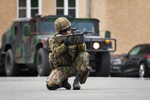 Sur la grand-place de la caserne, l'armée a procédé à plusieurs démonstrations tactiques