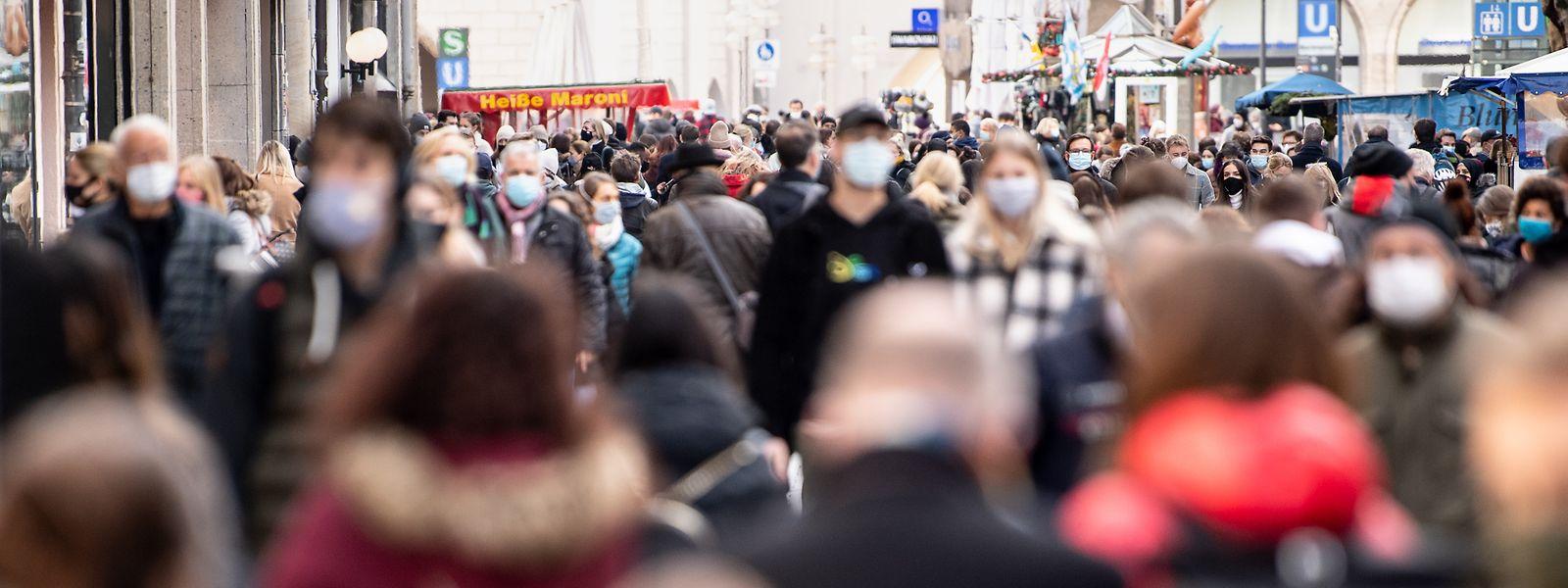 Die Ankündigung, dass die Geschäfte schließen müssen, sorgte am Montag und Dienstag in ganz Deutschland zu überfüllten Innenstädten.