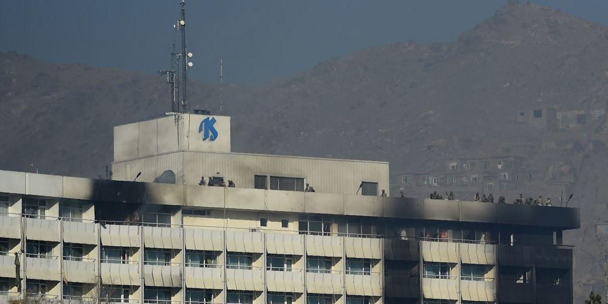Afghanische Sicherheitskräfte positionnierten sich auf dem Dach des Hotel Intercontinental in Kabul.