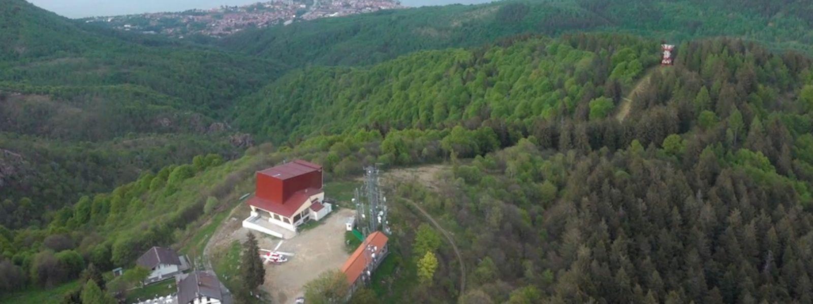 Eine Luftaufnahme der italienischen Feuerwehr zeigt im Vordergrund den Mottarone-Gipfel mit dem Ankunftsgebäude der Seilbahn. Im Hintergrund ist der Lago Maggiore mit dem Kurort Stresa zu sehen.